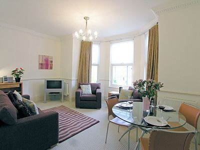 Kew Gardens Road Apartment - One Bedroom Apartment-0